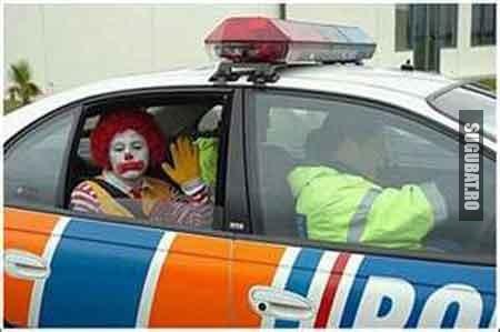Clovn in masina de politie