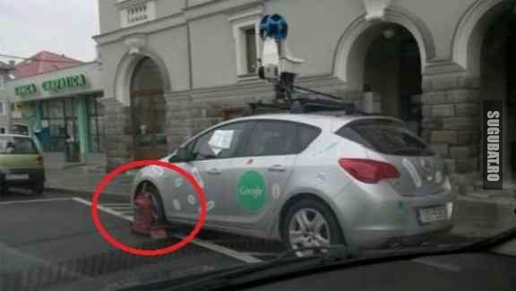 Masina de la Google cu rotile blocate in Romania
