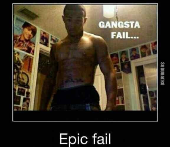 Un adevarat gangsta cu postere Justin Bieber